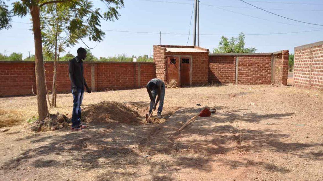 Préparation des tranchées pour créer le compost