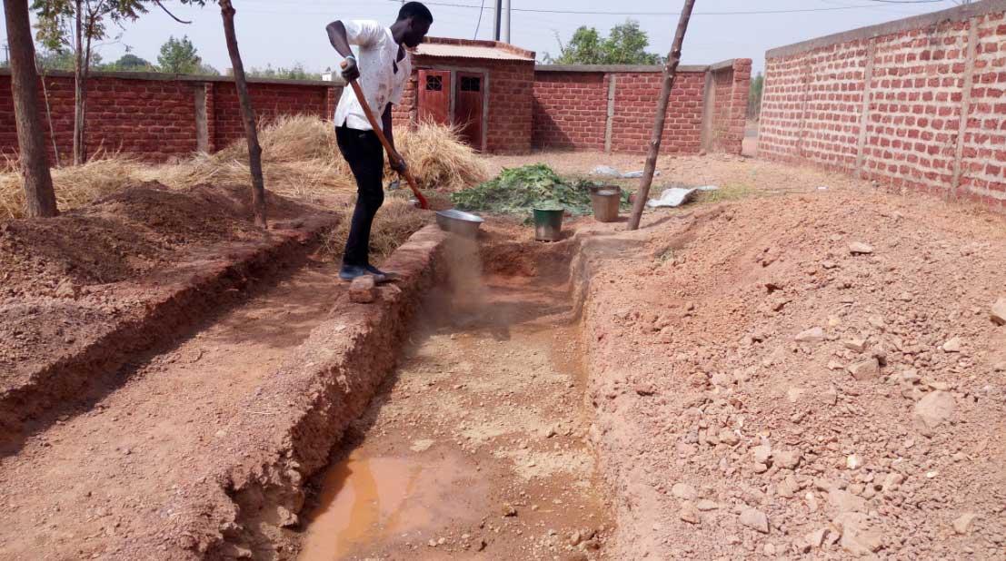 Les tranchées sont creusées sur une profondeur de 20 cm.
